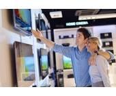 Paar beim TV-Kauf