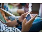 Jugendlicher spielt auf seinem Smartphone
