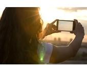 Frau fotografiert mit ihrem Smartphone