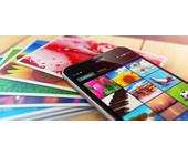 Smartphone und Fotos auf einem Tisch