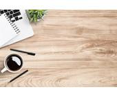 Schreibtisch mit Kaffe und Laptop