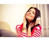 Frau mit Kopfhörer