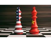 Zwei Schachfiguren mit Flaggen von den USA und China