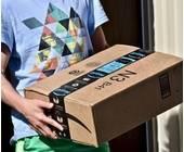 Mann mit Amazon-Paket