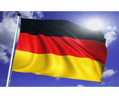 Deutschlandfahne vor wolkigem Himmel
