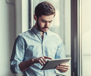 Mann mit einem iPad in der Hand