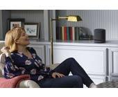 Frau mit Smart Speaker