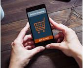Smartphone mit einem Einkaufswagen im Display