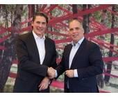 Uwe Nickl, CEO von Deutsche Glasfaser (links) und Dirk Wössner, Vorstand Telekom Deutschland