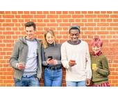 Jugendliche mit Smartphones