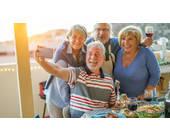 Senioren mit Smartphones