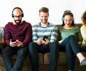 Menschen streamen Musik mit ihren mobilen Endgeräten