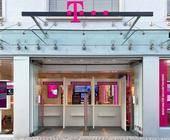 Telekom-Shop mit Versorgungs-Schalter im Shop-Eingang mit Plexiglasscheibe