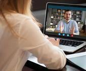 Frau nimmt an einer Videokonferenz teil