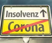 Corona und Insolvenz steht auf einem Straßenschild