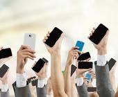 Menschenmenge mit Smartphones