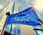 EU-Flagge vor dem Gebäude des Europäischen Parlaments