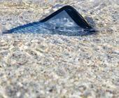 Smartphone schwimmt im Wasser