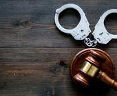 Handschellen und Gerichtshammer