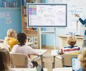 Lehrer unterrichtet im digitalisierten Klassenzimmer