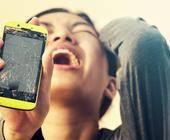 Smartphone mit gesprungenem Display