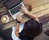 Frau mit Laptop surft im Internet