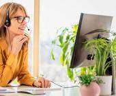Frau mit Business-Headset
