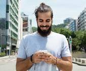 Türkischer Mann mit Smartphone