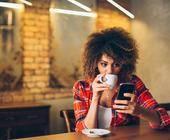 Frau surft im Cafe