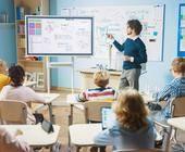 Lehrer unterrichtet mit digitalen Hilfsmitteln