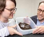 Xavier Aeby (li.) und Gustav Nyström haben eine komplett gedruckte, biologisch abbaubare Batterie entwickelt, die aus Zellulose und anderen ungiftigen Komponenten besteht