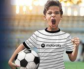 Junge mit Motorola-Trikot