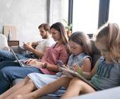 Familie surft im Internet
