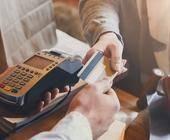 Kunde zahlt im Geschäft mit Kreditkarte