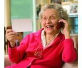 Alte Frau telefoniert mit Handy