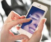 Frau surft auf Facebook am Smartphone