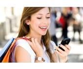 Frau mit Shopping-Tasche und Smartphone