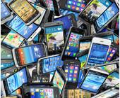 Gebrauchte Handys auf einem Haufen liegend