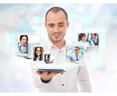 Mann mit digitalen Bildern