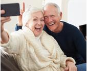 Älteres Ehepaar macht Selfie mit Smartphone