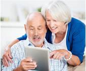 Senioren mit einem Tablet