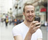 Mann mit seinem Smartphone in der Hand
