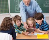 Lehrer und Schüler mit Tablet