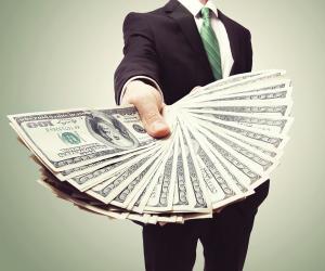 mann hält Geldscheine in der Hand