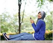 Muslima mit Smartphone