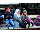 Flüchtlinge beim Telefonieren