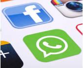 Facebook und WhatsApp auf Smartphone-Screen
