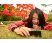 Chinesin mit Smartphone