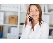 Frau mit DECT-Telefon