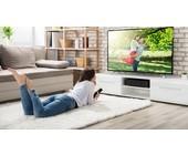 Person beim Fernsehen